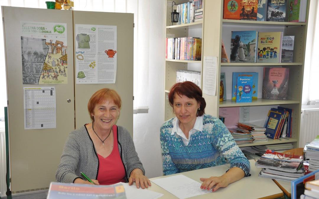 Učiteljica podaljšanega bivanja v vlogi knjižničarke